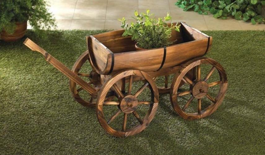Декоративная телега в саду