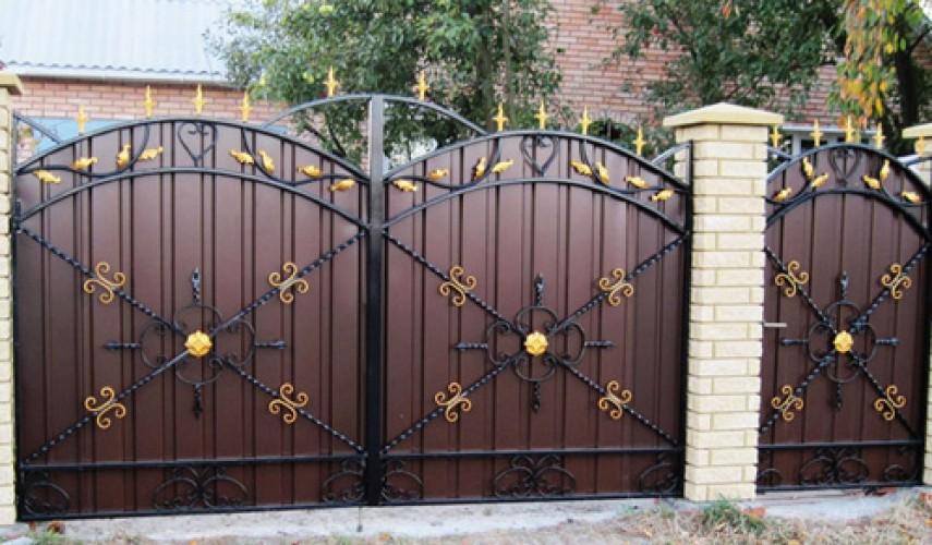 Ворота из профнастила с элементами ковки