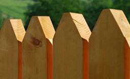 Строительство забора на даче из дерева: разновидности сооружения и монтаж