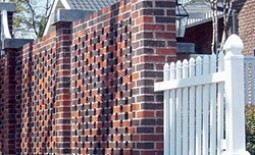 Как самостоятельно построить забор из надежного и красивого кирпича: этапы возведения