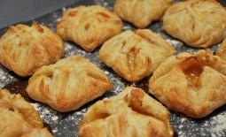 Слоеные пироги с начинкой из яблок – сочный десерт в нежной «упаковке»