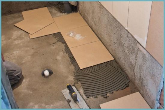 как наносить клей для укладки плитки на пол