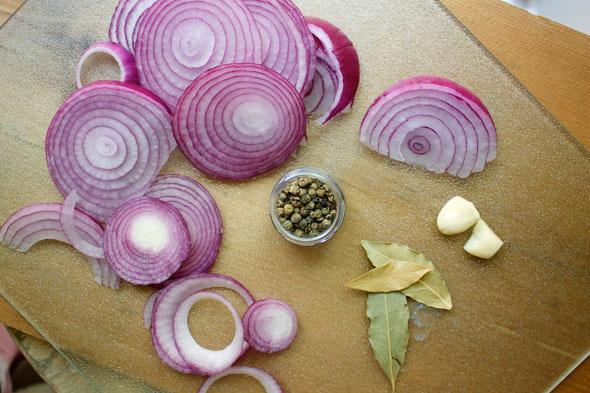 Как готовить маринованный лук