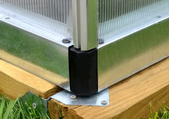 установка теплицы на фундамент из бруса