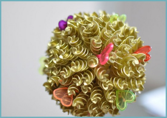 украшение топиария из макарон